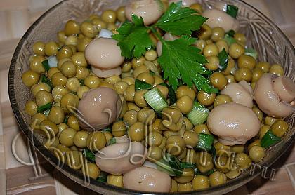 Салат с горошком и маринованными грибами
