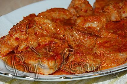 Запеченная свинина в ароматном чесночном соусе