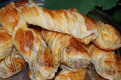 Косички из слоеного теста с сыром и мясом